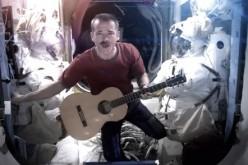 Astronauta canta Space Oddity a gravità zero, ecco il video