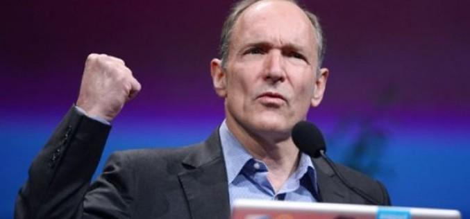 """Tim Berners-Lee firma con Google e Facebook un nuovo """"contratto per il web"""""""