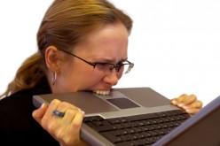 Genova: il marito è sempre su Facebook e lei gli getta il PC dalla finestra