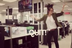 """Giornalista web si licenzia sulle note di """"Gone"""", il VIDEO spopola su YouTube"""