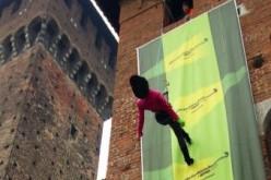 """Greenpeace """"sfila"""" sul Castello Sforzesco per protesta con le case di moda"""