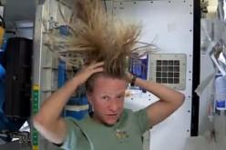 Karen Nyberg spiega come farsi lo shampoo nello Spazio