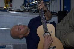 Luca Parmitano si dà alla chitarra nello Spazio