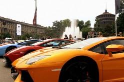 Parte da piazza Castello il Grande Giro per i 50 anni di Lamborghini