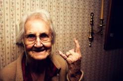 Italiani e longevità,  vivere 100 anni sì, ma non da soli