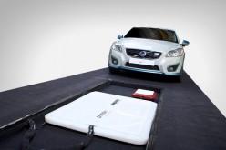 Volvo ricarica l'auto elettrica wireless