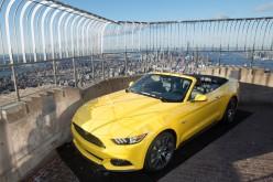 Dalla cima dell'Empire State Building la Ford Mustang festeggia il compleanno
