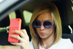 Giovani alla guida: uno su quattro scatta selfie o usa Facebook