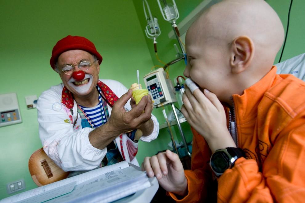 """Clownterapia per i bambini in ospedale, dona 2 euro a """"Dottor Sorriso"""""""