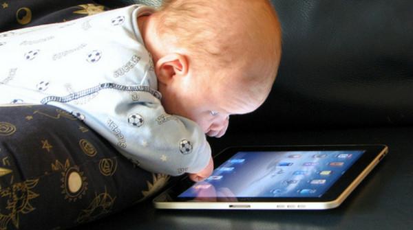Smartphone e bambini, no all'uso prima dei due anni