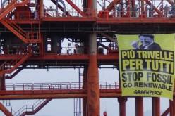 Greenpeace occupa una piattaforma Eni in Sicilia