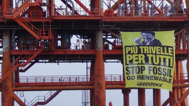 Greenpeace occupa una piattaforma petrolifera