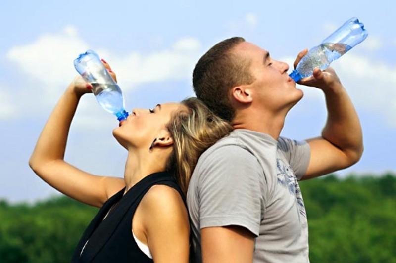 Bottiglie di plastica, riciclarle è come bere dal water