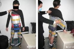 Cina: contrabbandiere si cuce un vestito di iPhone