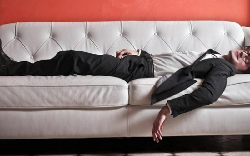 Sedentarietà, poltrire sul divano provoca ansia e attacchi di panico ...