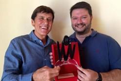 Gianni Morandi premiato come miglior star di Facebook