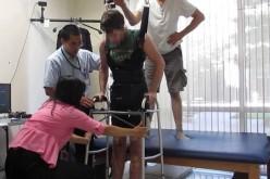 Paraplegico torna a camminare grazia a una tuta bionica