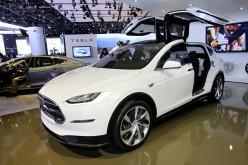 Tesla toglie il velo al suo SUV Model X