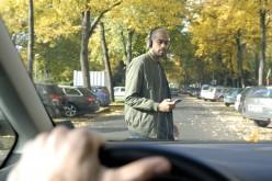 Anche i pedoni distratti dallo smartphone: il nuovo studio Ford