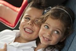 Il 50% dei bambini italiani viaggia senza seggiolino, i video tutorial per proteggerli