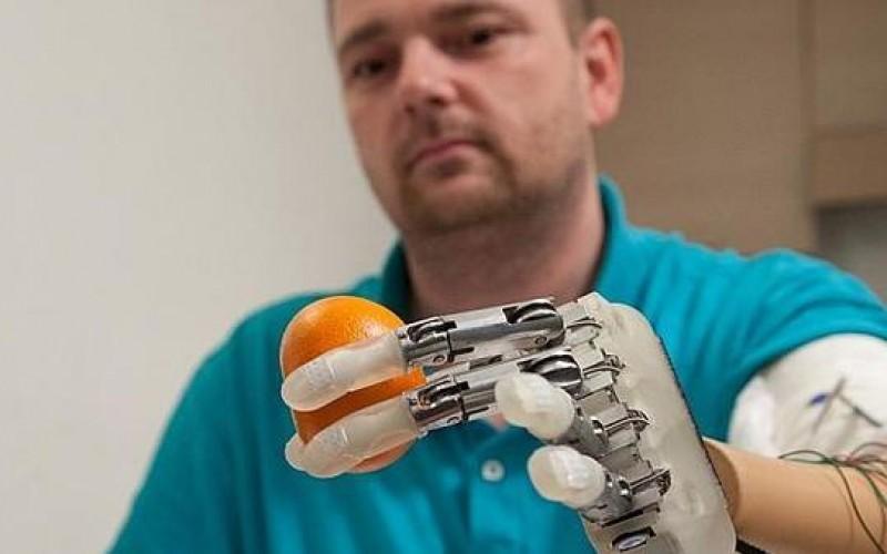Tatto recuperato artificialmente grazie a un dito bionico