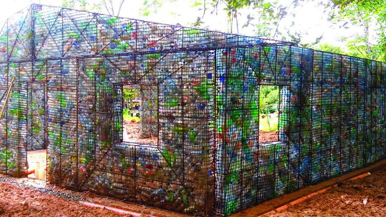 Ecosostenibilità, a Panama il primo villaggio fatto con bottiglie di plastica