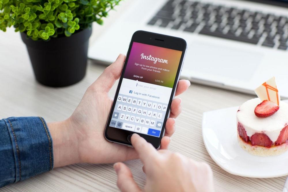 Instagram consente di condividere la stessa foto su più profili