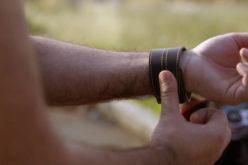 Il primo bracciale per motociclisti che segnala gli autovelox