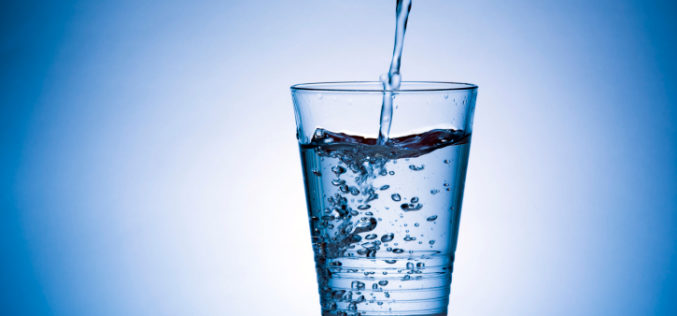 Acqua, è vero che bisognerebbe bere 8 bicchieri al giorno?