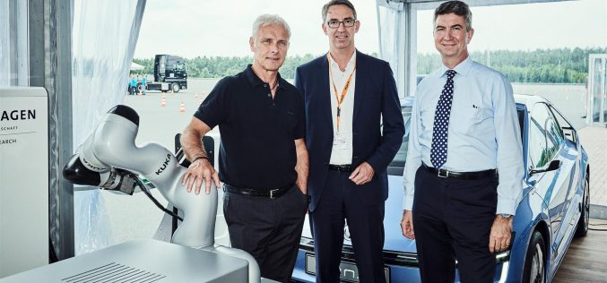 Volkswagen Group Research e KUKA siglano un contratto per una nuova collaborazione