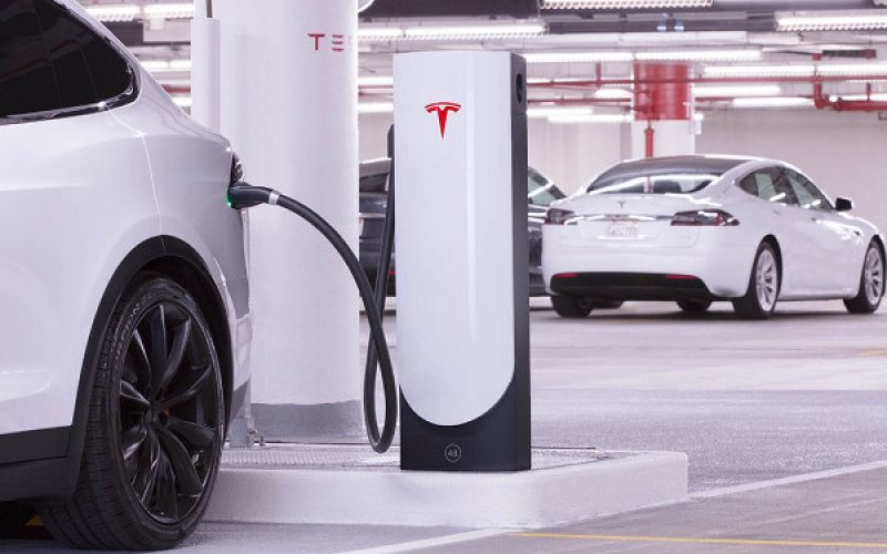 Tesla realizza colonnine di ricarica a misura di città