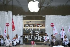 "Attac occupa l'Apple Store di Parigi: ""Apple paghi le tasse"""