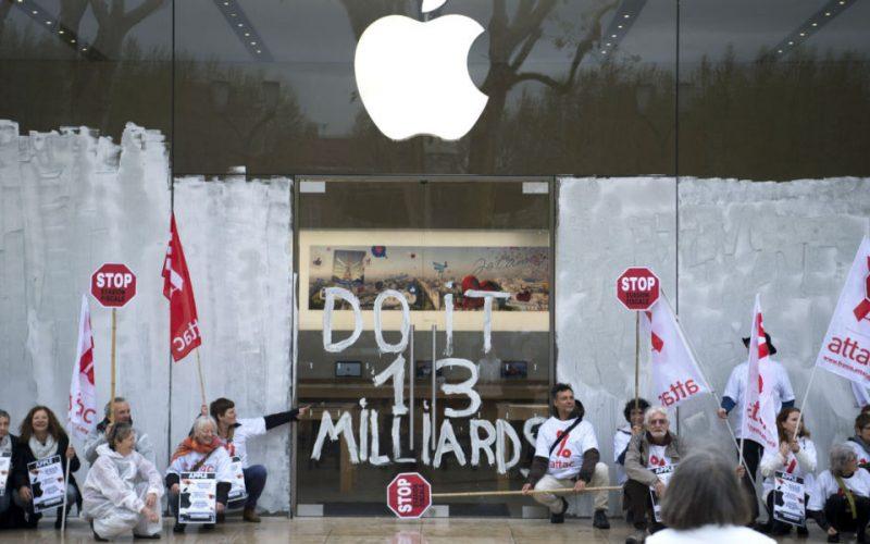 """Attac occupa l'Apple Store di Parigi: """"Apple paghi le tasse"""""""
