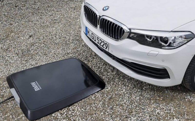 BMW, entro l'estate la ricarica elettrica wireless