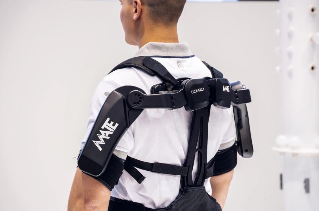 Comau progetta l'esoscheletro MATE per supportare gli operai